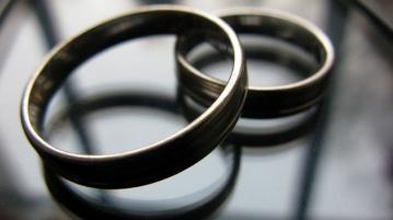 Hochzeit Eheringe aufeinander